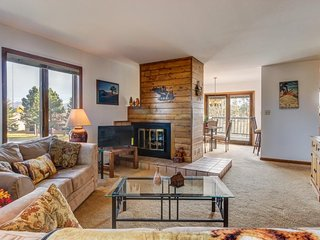 Beautiful, walkable condo w/ private deck, fireplace & stunning mountain views!