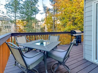 Family-friendly townhome w/ a full kitchen & a furnished deck w/ a gas grill