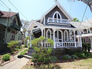 Adorable Cottage Walking Distance to Town and Beach