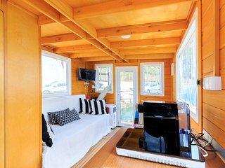 Houseboat graziosa casa galleggiante in legno