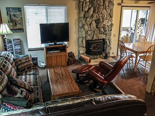 Rustic. Centrally Located Condo. Walk To Shops And Restaurants!