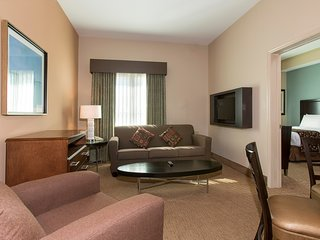 FREE Shuttle to Disney Theme Parks | Spacious Suite in Orlando