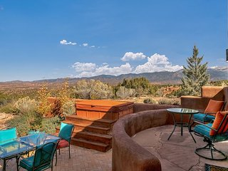 Incredible views, hot tub, short drive to Plaza, grand living & outdoor space