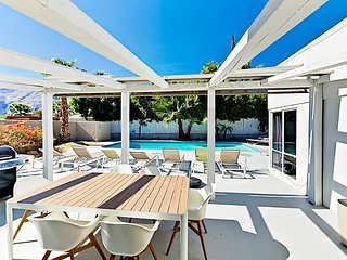 Mid-century Modern 3BR/2BA huge Pool & Mountain Views - Minutes to Downtown