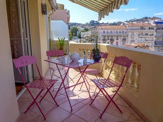 2 bedroom Apartment with WiFi and Walk to Shops - 5052022