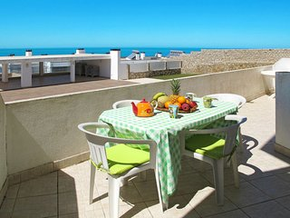 2 bedroom Apartment with WiFi and Walk to Beach & Shops - 5641699