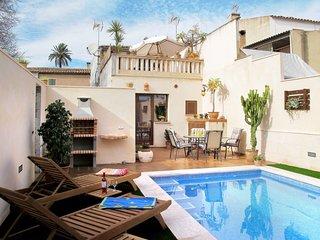 2 bedroom Villa with Pool, Air Con, WiFi and Walk to Shops - 5649734