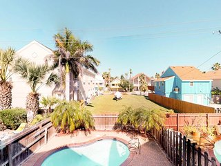 Dog-friendly townhome w/ private pool, deck & patio - 1/4 block to the beach!