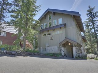 Large cabin w/ home theater, hot tub, within walking distance to town & lifts!
