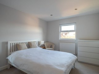 Fantastic 4 bed home in Northfields, for 7 guests!