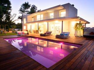 ⭐⭐⭐⭐⭐Beach, Luxurious features, wood deck & salt water pool