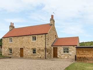 ORCHARD COTTAGE, woodburner, hot tub, WiFi, pet-friendly, near Durham, Ref 91958