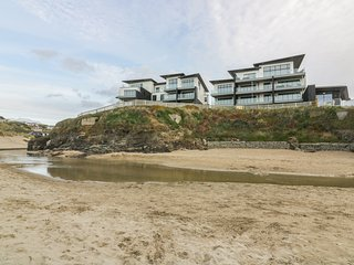 CHAPEL ROCK VIEW, open-plan, Perranporth beach on doorstep