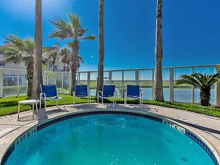 Updated Spacious 2BR w/ Private Patio + Community Pool, Grills, Hot Tub & Gym
