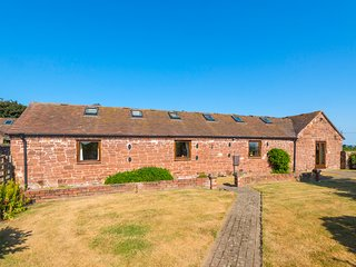 PARRS MEADOW COTTAGE, hot tub, character beams, zip/link bed, in Pitchford
