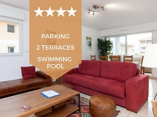In the calm of a luxury residence with swimming pool and private parking