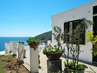2 bedroom Villa with Air Con and Walk to Beach & Shops - 5651305