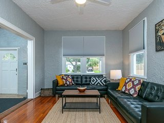 2 bedroom/1 bathroom, close to downtown, cruise ships, and airport!