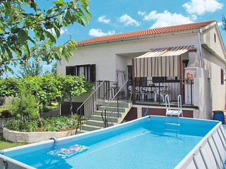 2 bedroom Villa with Pool, Air Con, WiFi and Walk to Shops - 5650619