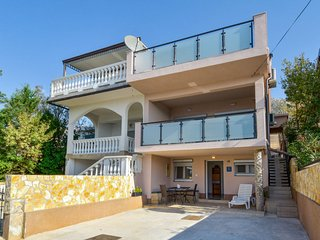 2 bedroom Apartment with Air Con, WiFi and Walk to Beach & Shops - 5687025