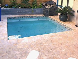 Pool Home 30 seconds walk to beach, convenient to airport