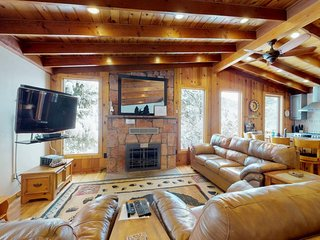 Large cabin with jacuzzi tub, close to the gazebo/town plaza & hiking trails