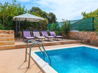 HolidayHouse with 4 Bedrooms and private Pool - only 70 meters away from the sea