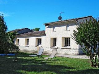 4 bedroom Villa with Walk to Shops - 5650109