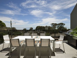 Mills Beach Retreat - Luxury Retreat (Mornington) with hydrotherapy spa, across