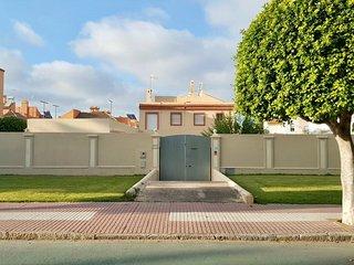 Casa grande con piscina cerca de la playa