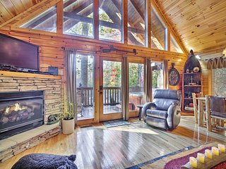 NEW! 'Paxton's Creek' Gatlinburg Cabin w/ Hot Tub!