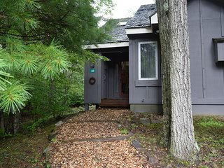 Snow Ridge Village end unit near slopes. 1 Bdrm, 1.5 bath Sleeps 6