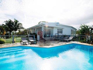 Villa Montabel: piscine à débordement vue mer