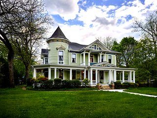 The Howard House - Victorian in-town mansion on 1.5 acre landscaped lot