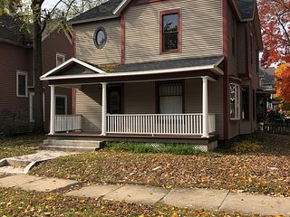 Walk to Notre Dame from Historic Riverside home 4 BR sleeps 12!