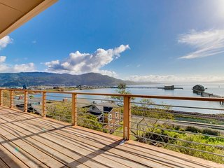 Gorgeous home overlooking the bay near a boat launch - dog-friendly!