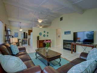 5 Minute Walk to Crescent Beach, WiFi, Siesta Key Duplex, Pool, Tidal Pond Water