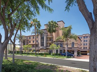 Luxury Resort Condo\ Steps Away From Disneyland w/ Resort Pool & WiFi
