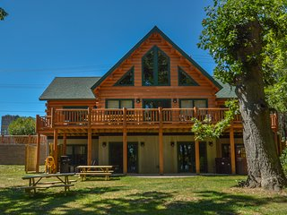 Man Haus - Luxury log home in a central l