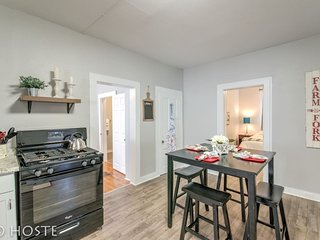 3BR ♥ Of Downtown ☆ King Bed, Dining, Has It All!