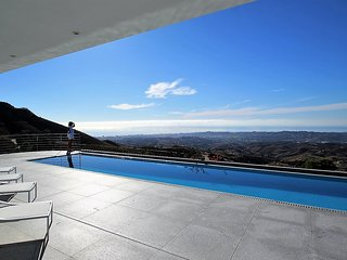 Villa with infinity Pool,WiFi, Parking, Golf 3km