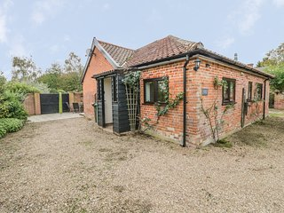 LOWBROOK COTTAGE, ground floor, pet friendly, near Diss, ref 985810