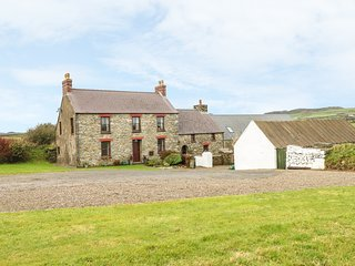 GWRYD BACH FARMHOUSE, spacious pet-friendly  cottage, large grounds, open fire