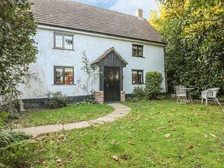 BUNTY COTTAGE, woodburner, WiFi, in Bashley
