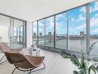 WATERVIEW! ULTRA URBAN LIVING IN THIS 4-BED APT
