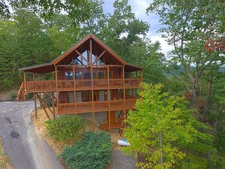 NEWer Secluded 3BR Mountain View cabin with pool table,video arcade, hot tub!