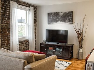 Stay in the Heart of Downtown Savannah! Walking Distance To Everything!