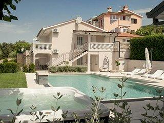 4 bedroom Villa with Air Con - 5310463