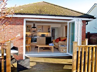 Charming holiday home 1 mile from Weymouth town centre: Four Star Gold Award