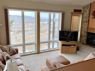 Mountain view ski in/out condo w/ shared pool/tennis, gas fireplace
